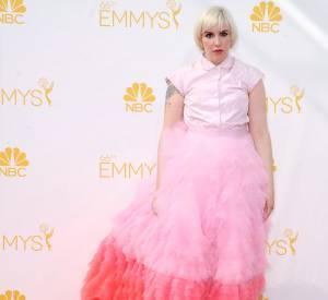Sur le tapis rouge, Lena Dunham peine à faire forte impression. Trop de couleur et des coupes qui ne la mettent pas en valeur.