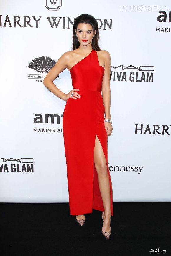 Connu Kendall Jenner, femme fatale en robe rouge fendue pour le gala de  EU37