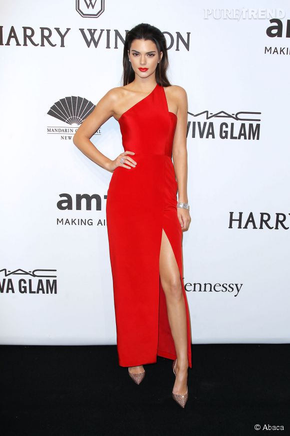 kendall jenner femme fatale en robe rouge fendue pour le gala de l 39 amfar puretrend. Black Bedroom Furniture Sets. Home Design Ideas
