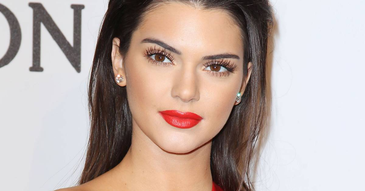 pour compl ter son look kendall jenner glisse sur ses l vres un rouge identique celui de sa. Black Bedroom Furniture Sets. Home Design Ideas