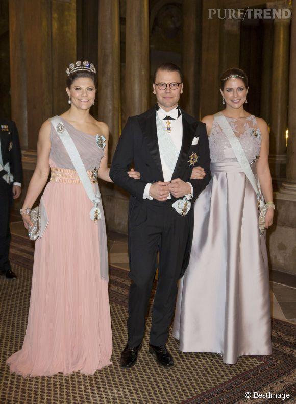 Victoria, en rose, était accompagnée de son époux le prince Daniel. Madeleine, à droite, est venue en future maman célibataire.