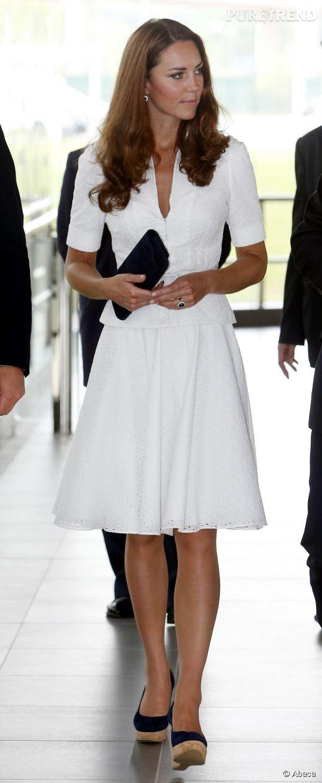 Kate Middleton en ensemble virginal lors de sa visite de l'usine Rolls Royce à Singapour au cours de son voyage en Asie du sud-est en compagnie du prince William en septembre 2012.