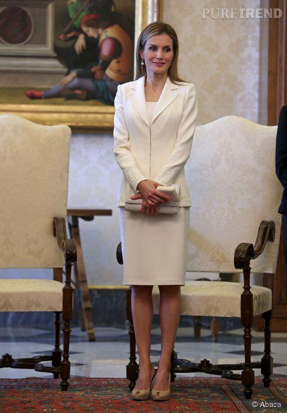 La reine Letizia d'Espagne en ensemble blanc lors de sa visite au pape François au Vatican, en juin 2014.