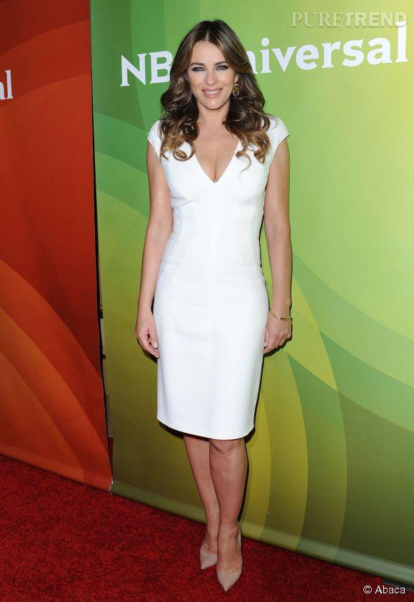 Elizabeth Hurley en petite robe blanche lors d'une soirée organisée en janvier dernier, à Los Angeles.