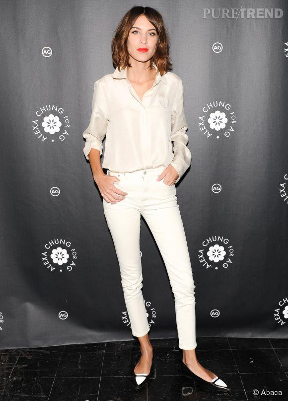 Alexa Chung en jean 7/8e blanc et chemisier crème satiné, lors d'une soirée organisée à New York en janvier 2015.