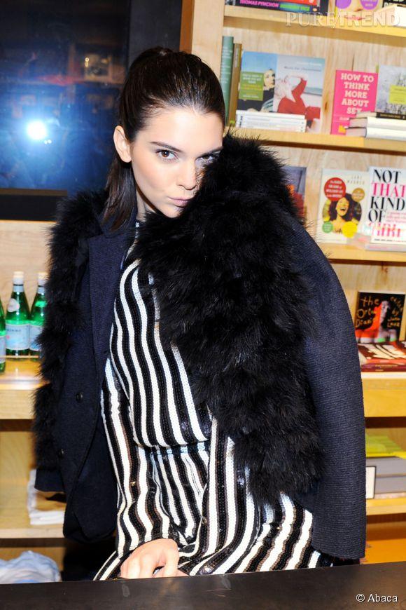 Kendall Jenner très sexy dans un imprimé façon Beetlejuice.