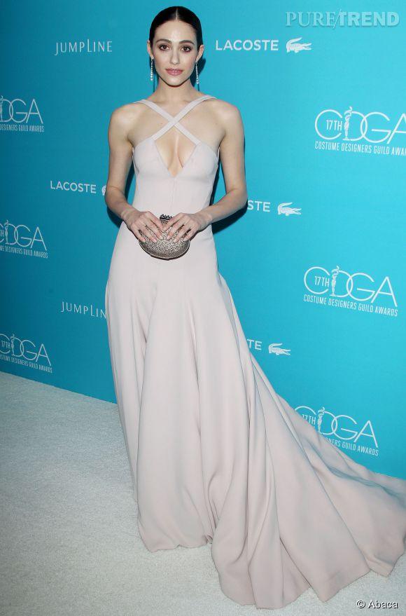 Emmy Rossum, superbe dans une robe à traîne pastel très décolletée.