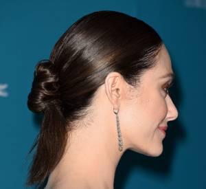 Emmy Rossum s'est coiffée d'un chignon bas plaqué.