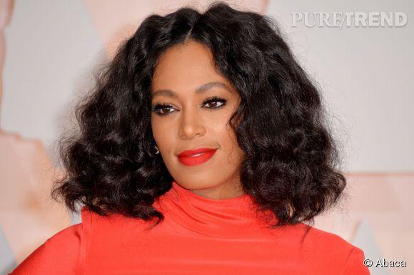 Solange Knowles a troqué sa coupe afro pour un carré épais et bouclé.