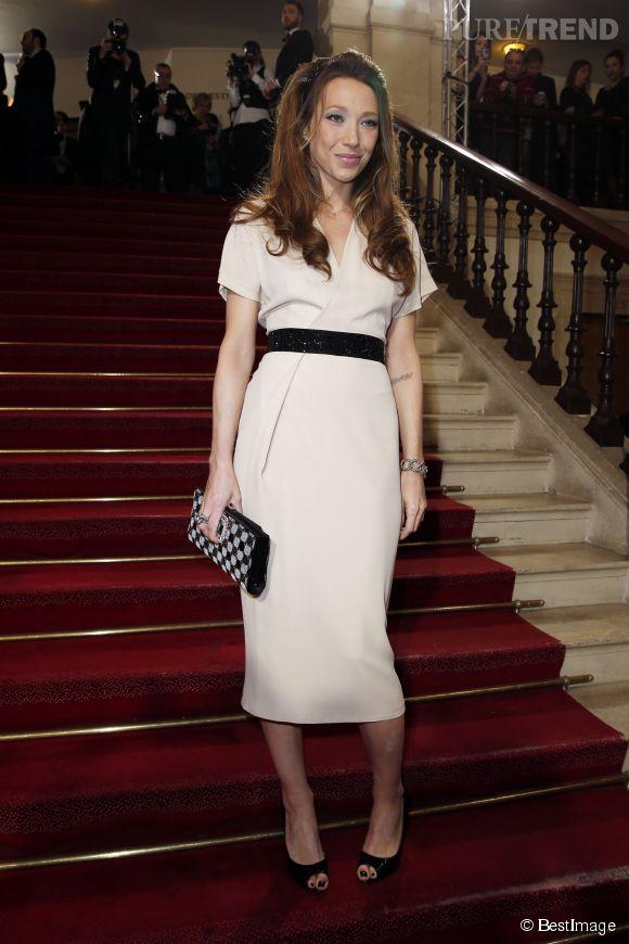 Laura Smet, chic en robe crème et noire sur les marches du théâtre du Châtelet.