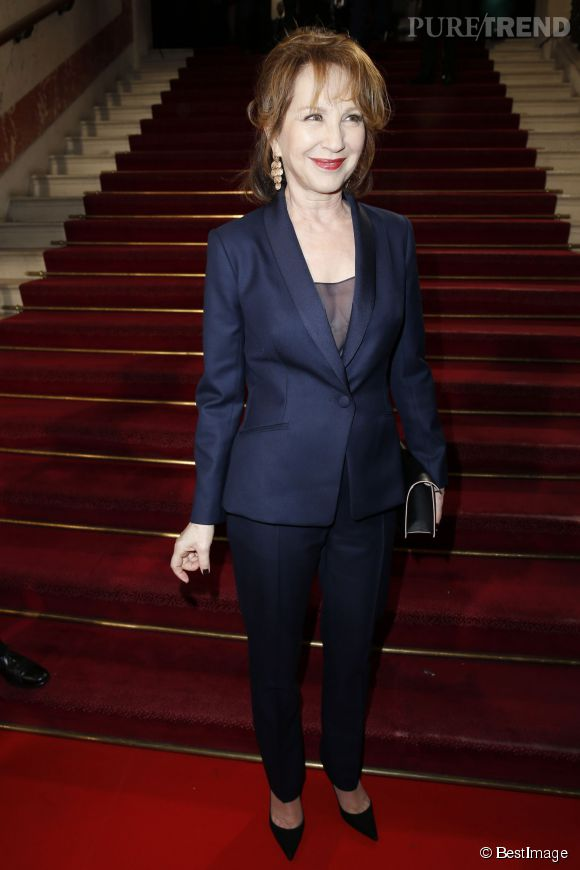 Nathalie Baye a misé sur une valeur sûre, en costume bleu marine. Elle est très élégante.