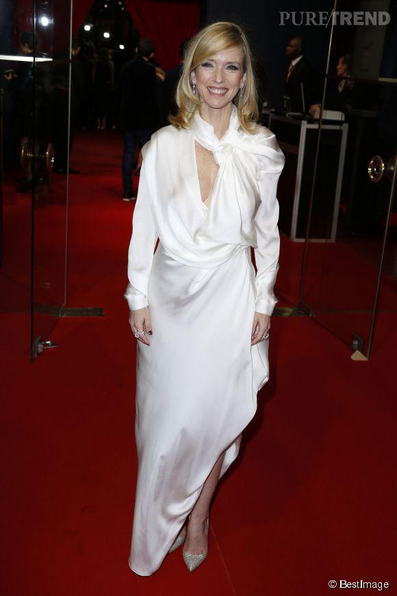 Lea Drucker portait une longue robe blanche à l'esprit très couture lors de la soirée des César.