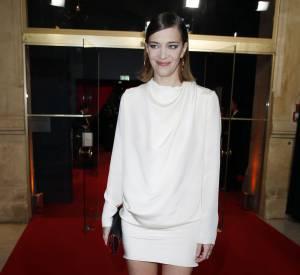 Céline Sallette a misé sur une allure très sexy en robe blanche courte et coiffure wet look !