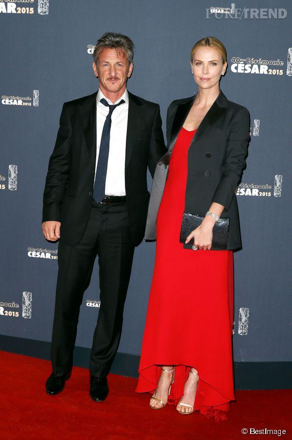 Sean Penn en costume Giorgio Armani et sa compagne Charlize Theron, dans une longue robe rouge Christian Dior.
