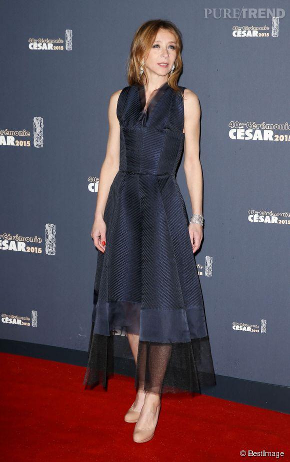 Sylvie Testud, plus chic que jamais, dans une robe bleu nuit et chaussures nude. La robe était signée Jean Paul Gaultier.