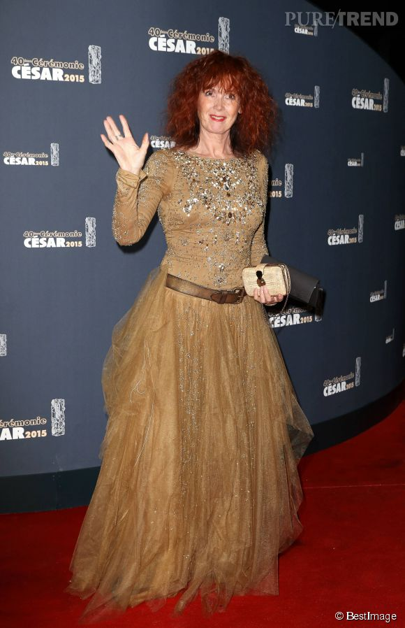 Sabine Azema en robe glitter et vaporeuse couleur camel.