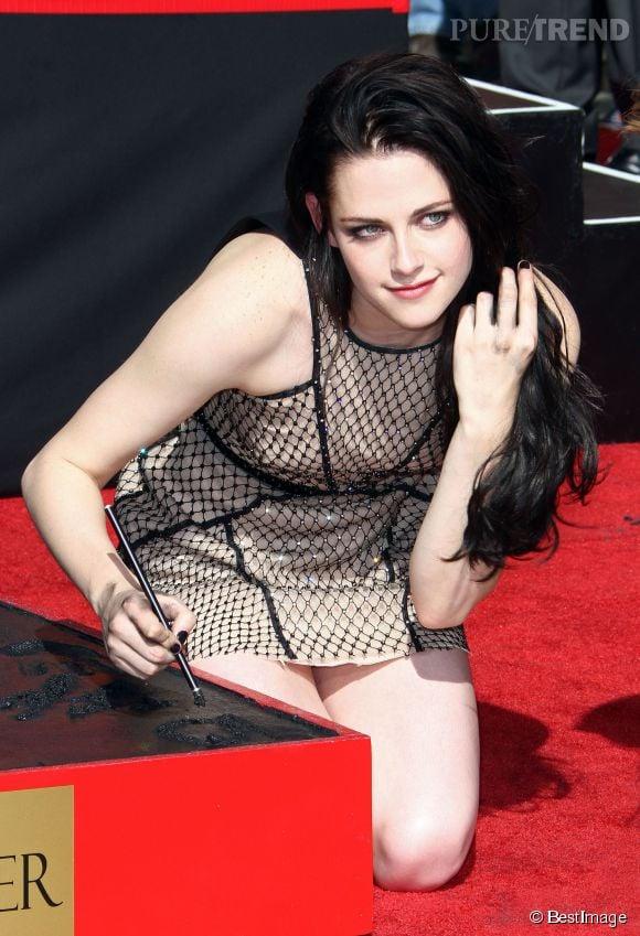 Kristen Stewart n'hésite jamais à minauder devant les photographes. Habillée d'une robe très courte, elle a fait grimper la température pour laisser ses empreintes dans le plâtre en 2011 !