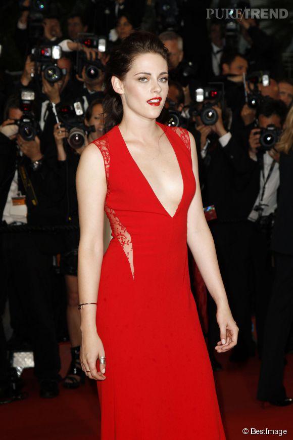 Invitée à monter les marches du festival de Cannes en 2012, Kristen Stewart nous a laissé un souvenir impérissable grâce à sa robe rouge au décolleté ultra profond. Il s'agissait d'une robe Reem Acra.