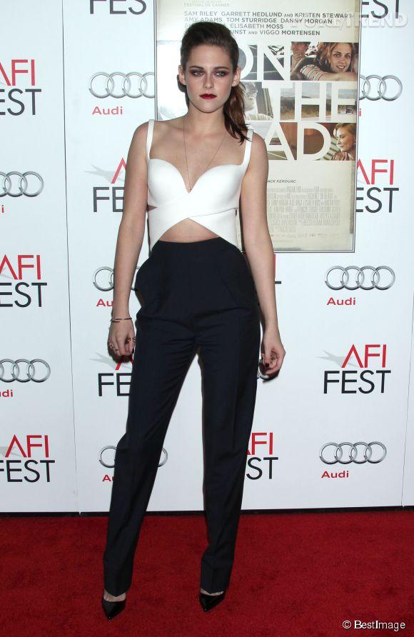 """Pantalon et cropped top aux airs de brassière, l'actrice de """"Twilight"""" est sexy sans en faire des tonnes."""