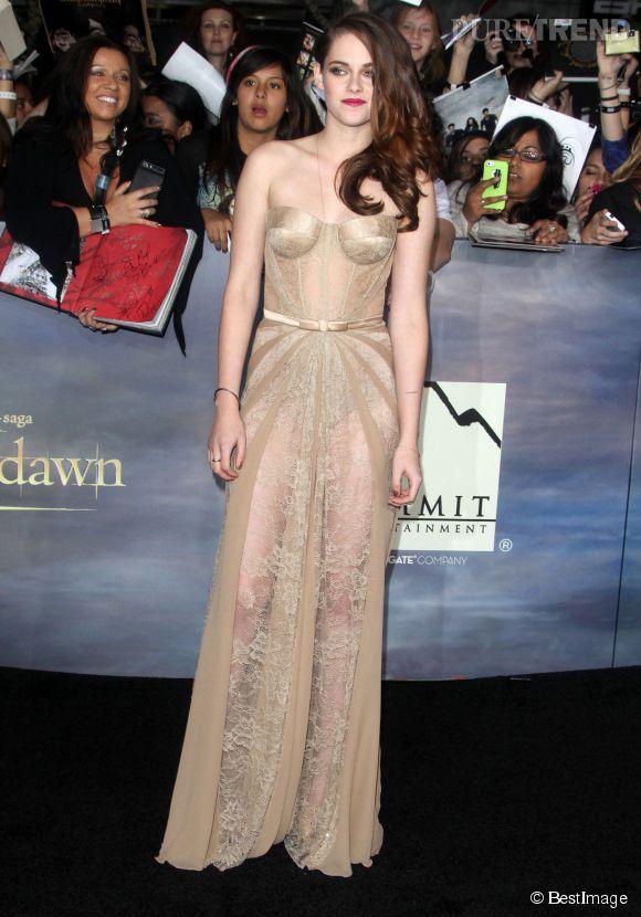 Comment porter la robe effet déshabillé en dentelle transparente et bustier façon guêpière ? Exactement comme le fait Kristen pardi !