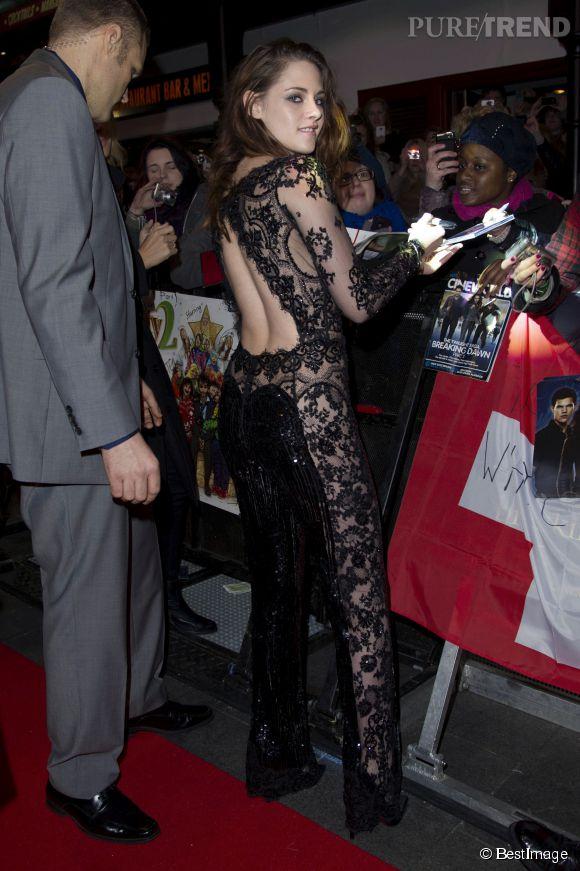 Kristen Stewart adore les combinaisons pantalons. Encore plus lorsqu'elles ont le dos nu.