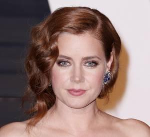 Une des coiffures préférées avec une coupe carré : les boucles rétro balayée sur le côté.