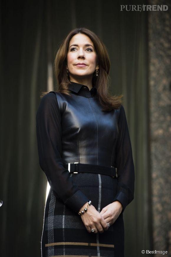Mary du Danemark twiste son look avec du cuir.