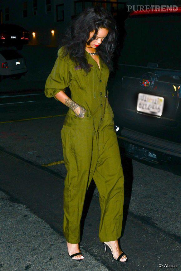 Rihanna en combi kaki.