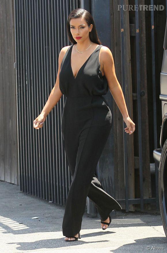 Kim Kardashian dans une combinaison drapée noire.