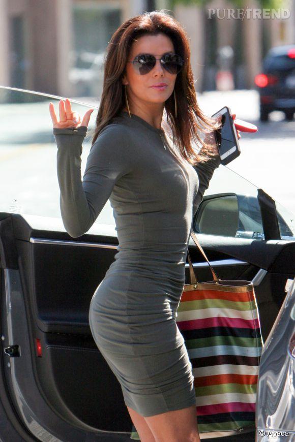 Eva Longoria qui a incarné Gabrielle Solis se laisse tenter par une robe effet seconde peau.