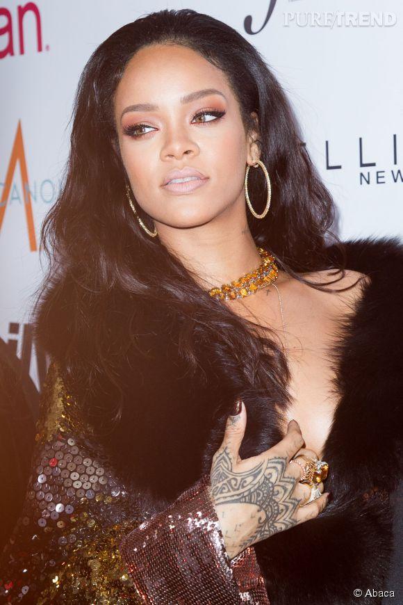 Rihanna dévoile la toute première couverture digitale de magazine sur Instagram. A moitié nue, la starlette se dandine en lingerie de cuir...