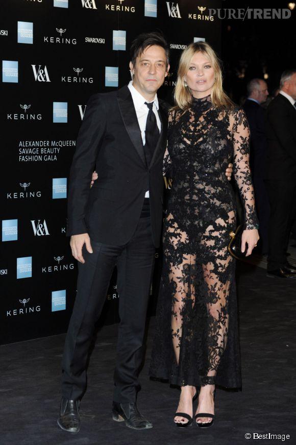 """Kate Moss dans sa robe noire toute en transparence, et son mari, Jamie Hince, à l'exposition """"Alexander McQueen : Savage Beauty"""", hier soir."""