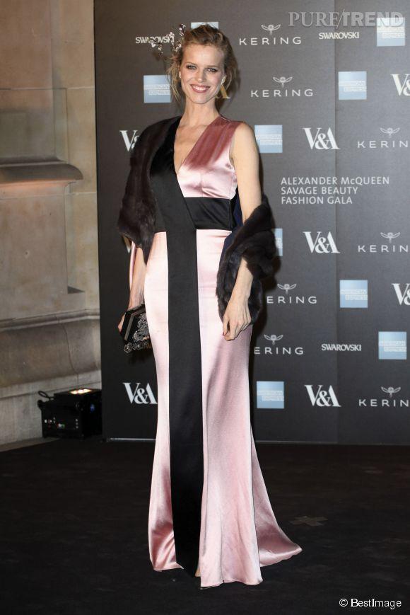 Eva Herzigova était elle aussi au rendez-vous dans une robe en soie mêlant le rose pastel au noir.