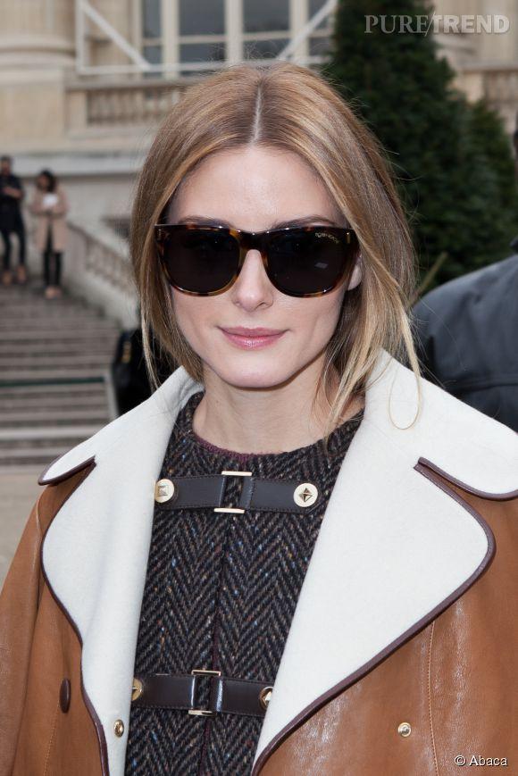 Il y a le faux bob, puis il y a l'effet manteau ! Olivia Palermo est adepte de l'illusion carré. La it girl pose souvent avec ses longueurs cachées dans une veste qui nous laisse croire qu'elle porte un carré long plongeant ! Astucieux !