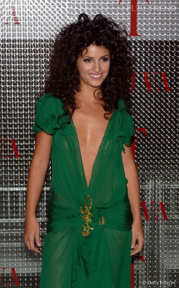 "2005 : Monica adopte le brushing ""Fame"" et la robe façon Jennifer Lopez."