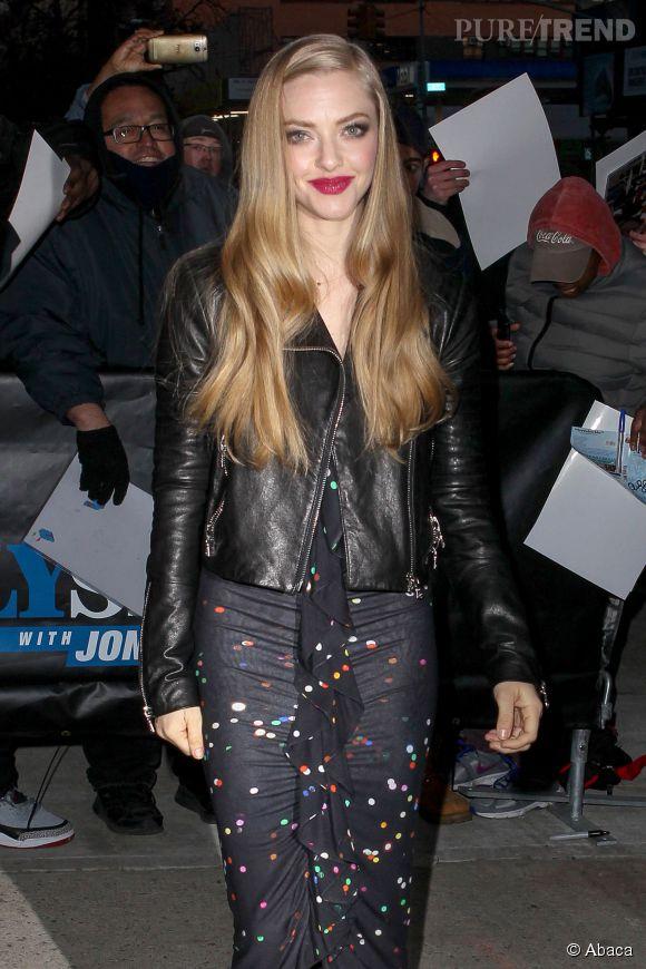 Amanda Seyfried, glamour et rock'n'roll pour se rendre au talk-show de Jon Stewart.