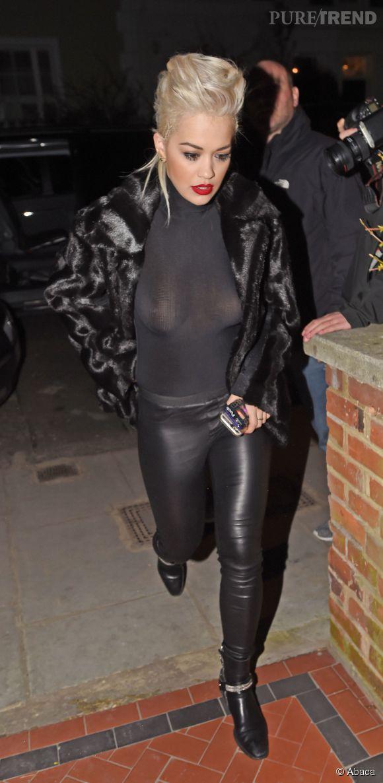 Alerte tétons pour Rita Ora, photographiée hier soir à Londres.