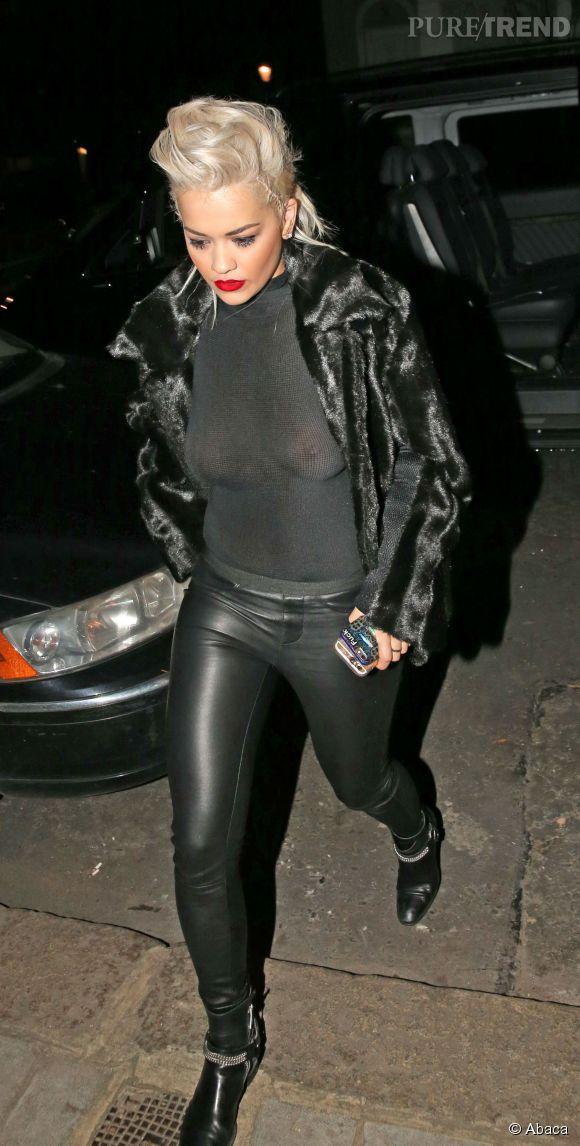 Rita Ora a beau miser sur la fourrure, ses tétons sont bien en vue.