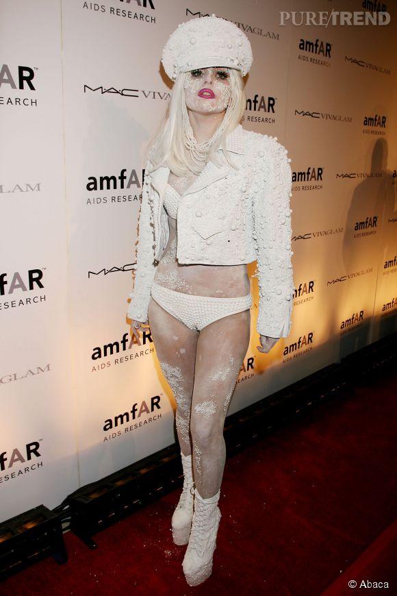 Pour le très chic gala annuel de l'amfAR à New-York en février 2010, Lady Gaga s'est contentée d'une culotte blanche te d'affreuses croûtes incrustées sur son visage...Lady Gaga