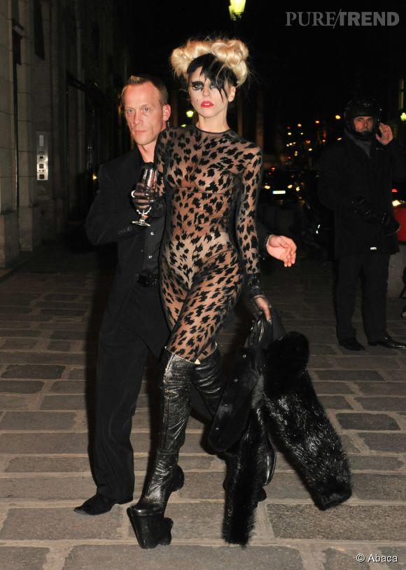 Lady Gaga arrive chez Maxim's à Paris s en mars 2011. Plus trash tu meurs...
