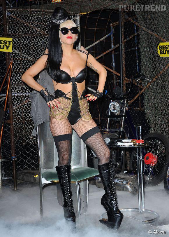 Lady Gaga fait la promo de son dernier album chez un disquaire new-yorkais en bas résille et soutien-gorge en mai 2011.