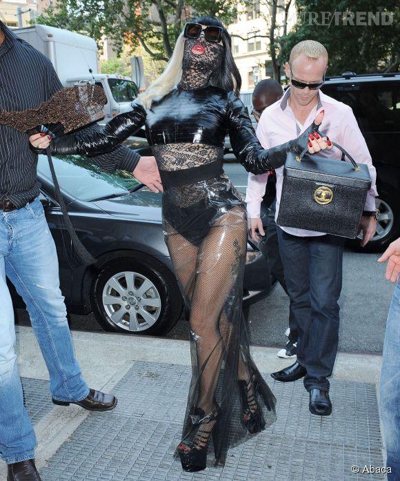 porte une jupe transparente et un masque fétichiste pour se rendre à New-York chez Sirius radio en juillet 2011.Lady Gaga