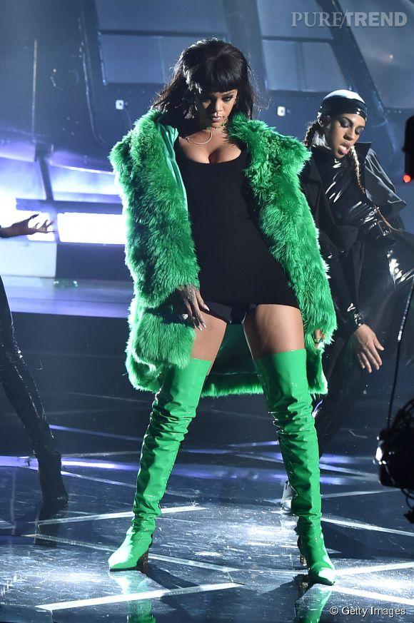 """Rihanna fait sensation en Versace aux iHeart Radio Awards 2015 à Los Angeles le 29 mars où elle a chanté """"Bitch Better Have My Money"""" pour la première fois en live."""