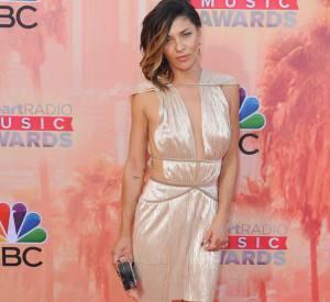 Jessica Szohr opte pour une robe à la facture des plus affriolantes aux iHeart Radio Awards 2015 à Los Angeles le 29 mars.