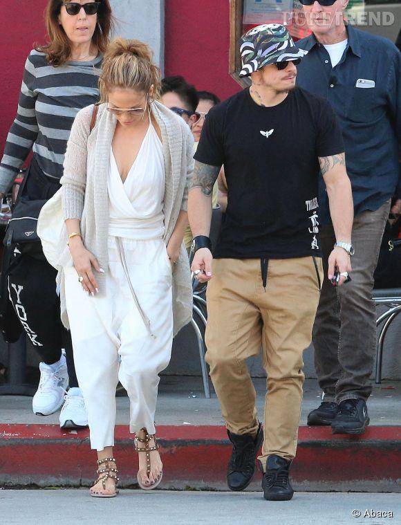 Jennifez Lopez opte pour un décolleté même avec un look casual.
