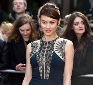 Olga Kurylenko dans une robe navy seconde peau lors des Jameson Empire Film Awards le 29 mars 2015 à Londres.