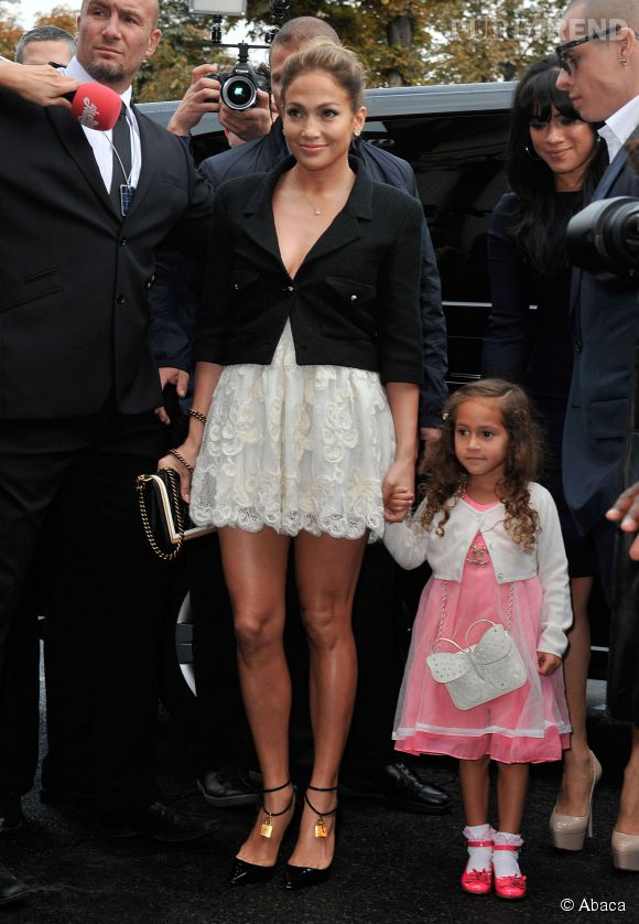 La fille de Jennifer Lopez Emme et son sac Chanel à 2 100 dollars.