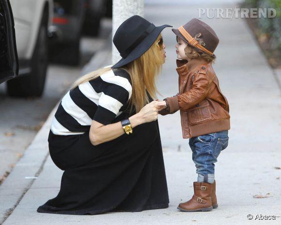 Le fils de Rachel Zoe Skyler porte une veste en cuir Gucci à 1 160 dollars.