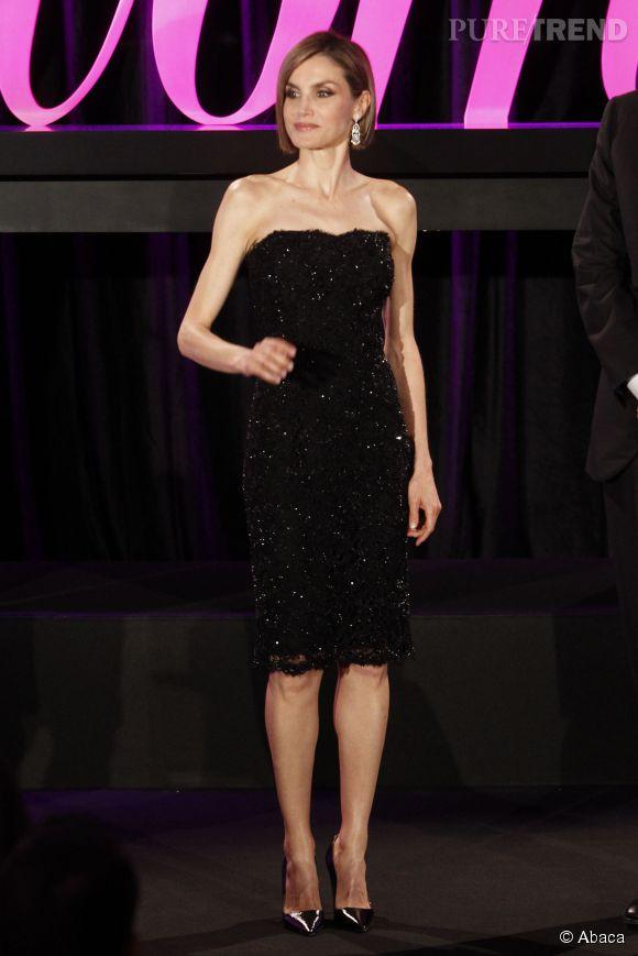Letizia adopte une petite robe noire à sequins pour briller sous les flashs.
