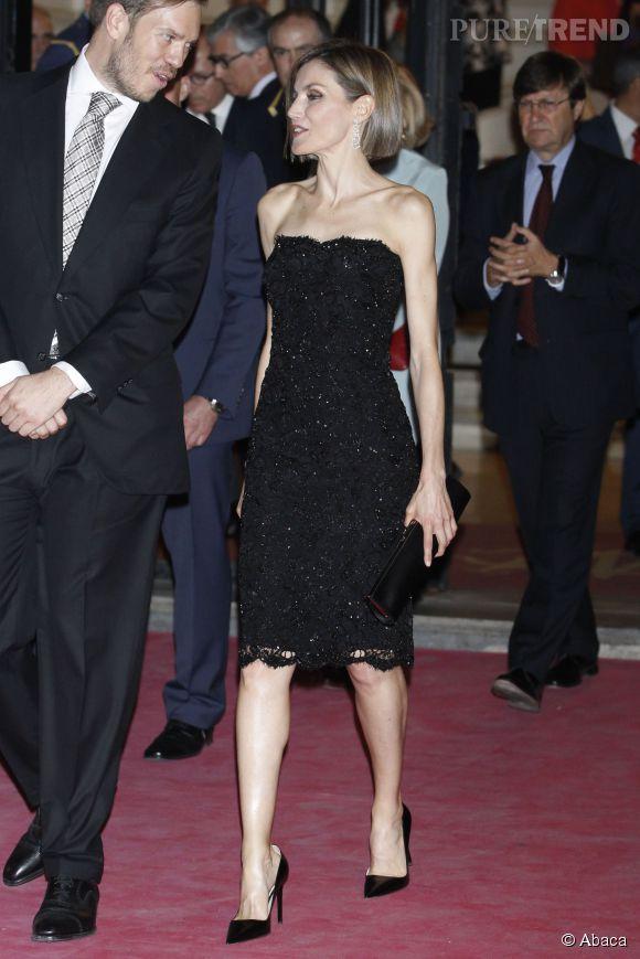 Letizia s'offre une allure folle avec sa robe moulante et ses talons hauts.